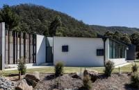 O casă gândită să reziste unor condiții climatice aspre Aceasta casa a fost construita pentru un cuplu de pensionari care au plecat din Sindey pentru a se bucura de viata la tara, intr-o zona rurala din sudul