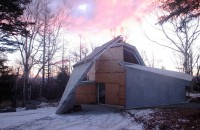 O casa adaptata pentru terenul accidentat din padure