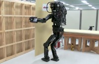 Robotul care montează impecabil placi din gips carton și ne arată cam cum va fi viitorul construcțiilor HRP-5P, robotul inteligent dezvoltat de o echipa de la Institutul de Tehnologie si Stiinte Industriale Avansate din Japonia, este prevazut cu functii ca