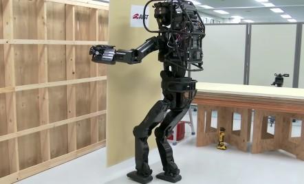 Robotul care montează impecabil placi din gips carton și ne arată cam cum va fi viitorul construcțiilor