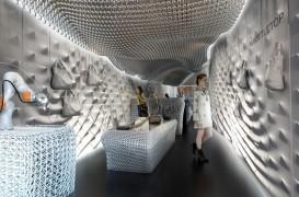Interiorul unui magazin din Londra amenajat cu sticle din plastic reciclate