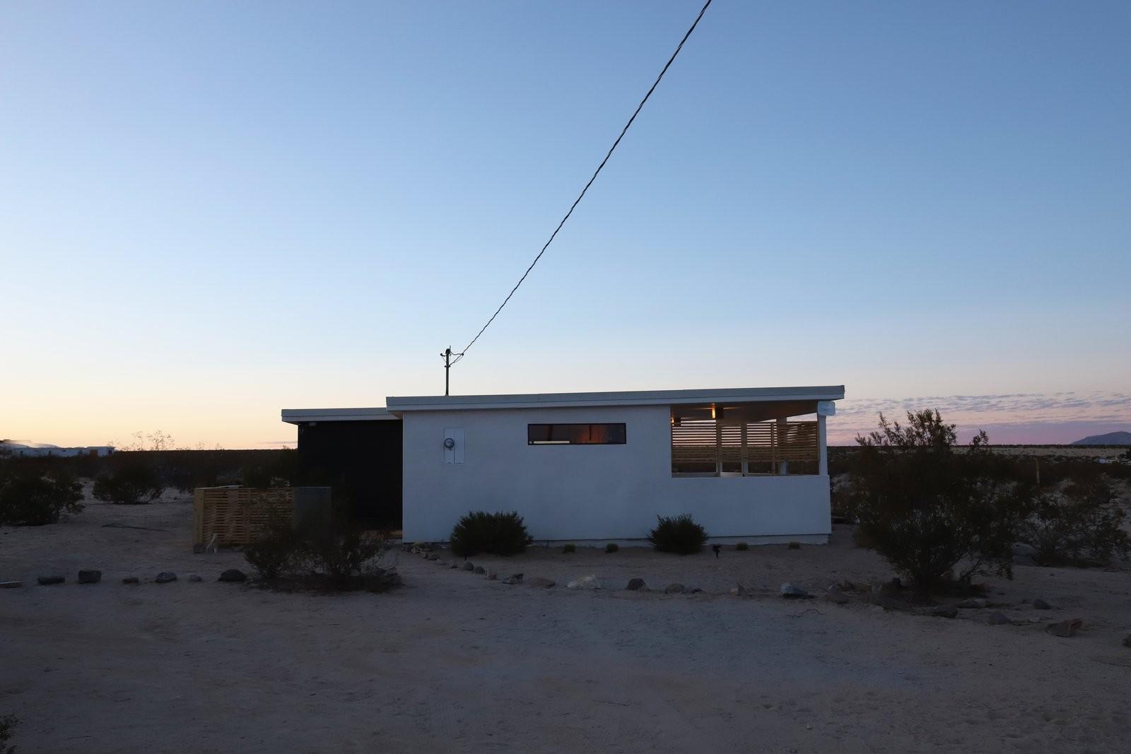 O casă abandonată din deșertul californian, cumpărată cu 7.000 de dolari, a fost transformată într-o locuință de vis