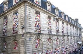 O clădire istorică plină cu pungi de plastic!