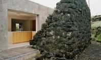 Ruine din piatra incadreaza noua structura din beton a casei E C Echipa portugheza SAMI Arquitectos