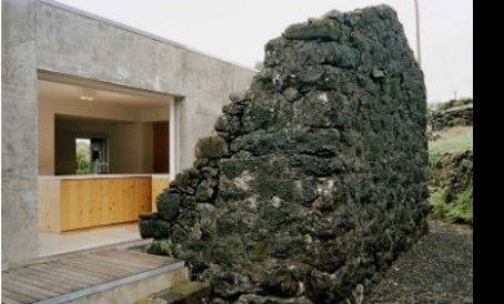 Ruine din piatra incadreaza noua structura din beton a casei E/C