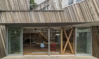 Casa imbracata in resturi de lemn Echipa de arhitecti Yuichi Kodai si Lee Yoshitaka de la