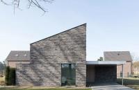 O casă solară produce energie pe care o împarte cu vecinii