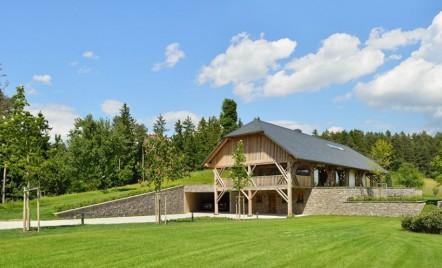 O casă modernă rezultată din amenajarea unui hambar de paie