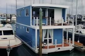 O casă plutitoare cu tot confortul unei locuinţe de pe uscat