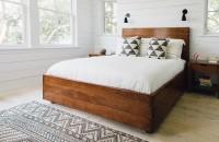 Alb și lemn - combinația câștigătoare pentru orice dormitor