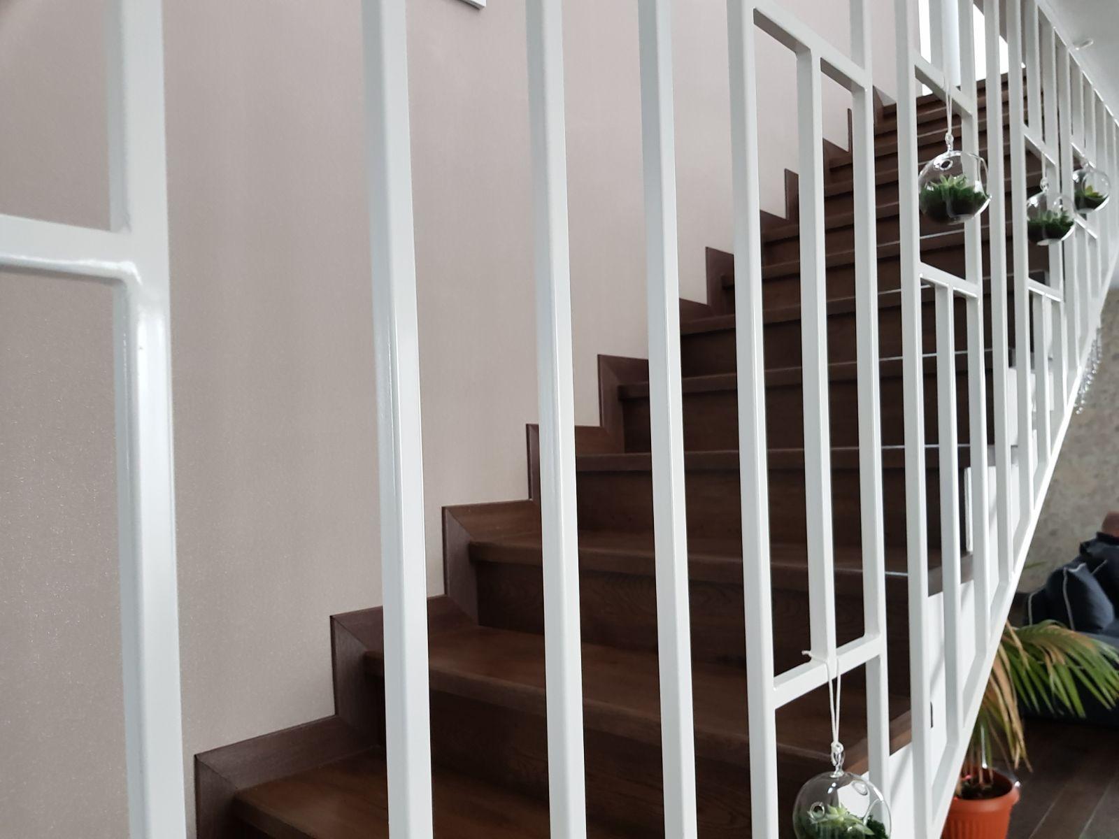 Placarea cu trepte din lemn a scărilor interioare din beton
