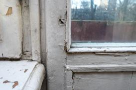 Cum îți dai seama când trebuie înlocuite ferestrele din lemn?