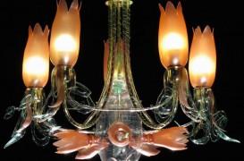 Cum se transformă sticlele de plastic în niște candelabre elegante?