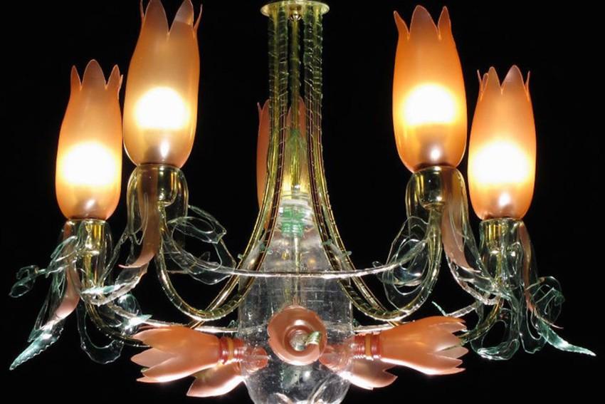 Când sticlele de plastic devin niște candelabre elegante