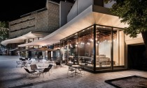 Bar cu exterior din sticlă și interior din lemn și cupru