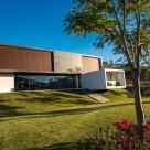 "Resedinta contemporana construita in jurul unei ""paduri"" de stejari"