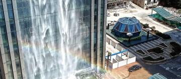 Chinezii construiesc un zgârie-nori cu o cascadă uriașă pe fațadă