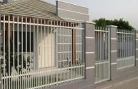 Cu ce alegi sa iti imprejmuiesti casa? Gaseste aici o gama larga de garduri, porti si imprejmuiri Intimitatea si protectia locuitorilor sunt prioritare pentru oricine isi doreste o viata linistita, iar un gard bine lucrat poate deveni si un element de design pentru arhitectura casei.