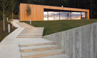 O locuinta durabila construita in padurile din Novo Mesto Slovenia Beneficiind de deschideri spre orasul sloven