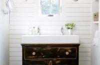 Piese de mobilier vintage ce completeaza designul unei incaperi de baie