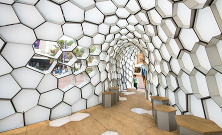 Pavilion cu forme geometrice puse in valoare cu ajutorul luminilor