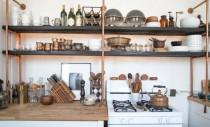 Deosebit, zece exemple de rafturi inedite pentru bucatarie