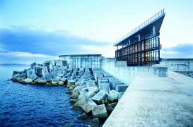 Cladirea CCS se protejeaza singura de vantul si valurile coastei hispanice