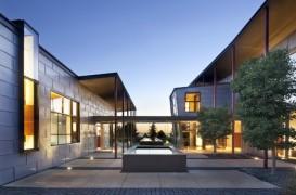Casa cu gradina alimentata cu energie solara si racita cu ajutorul vantului