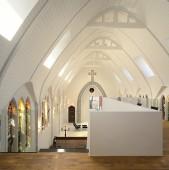 Sa locuiesti intr-o biserica... cred ca-ti da un sentiment destul de straniu. Altfel, proiectele sunt foarte frumoase (cel putin in poze).