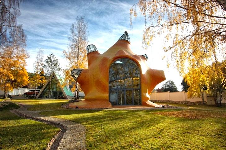 Casa cu forma organica inspirata de lumea subacvatica