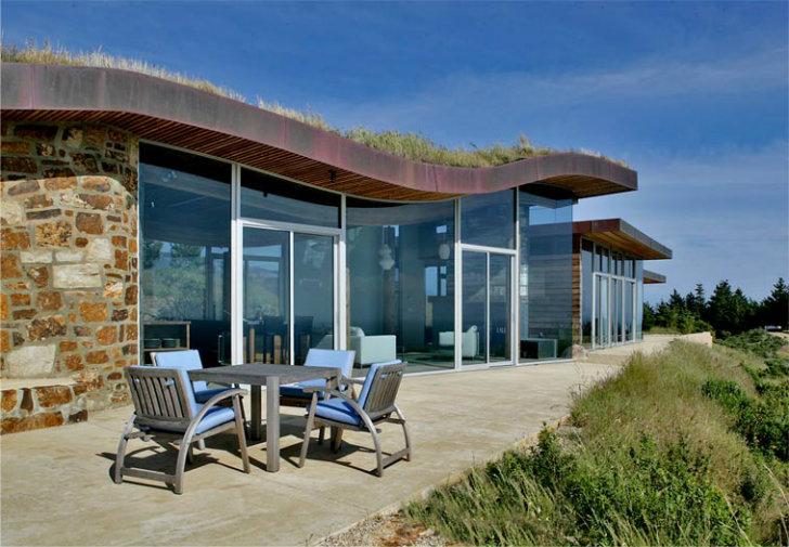 Casa construita in versantul unui deal din Big Sur, California