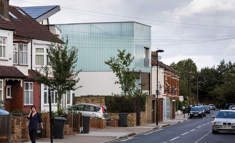 Slip House, locuinta translucida proiectata de Carl Turner Architects