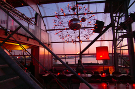 Sera din vechiul santier naval din Amsterdam transformata in cafenea