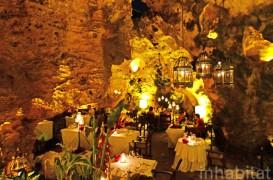 Restaurant amenajat in pestera Ali Barbour din Kenya