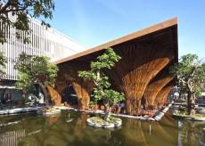 Cafenea in aer liber al carei acoperis e sustinut de conuri de bambus
