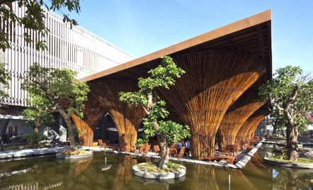 Cafenea în aer liber al cărei acoperiș e susținut de conuri de bambus