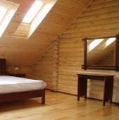 Buna ziua Am acoperit tavanul si peretii mansardei cu lambriuri de lemn natur Este obligatoriu sa