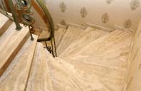 Placarea scarilor interioare cu piatra naturala