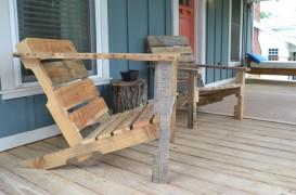 Doua scaune pentru veranda, din lemn recuperat din paleti