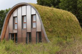 Casa ce se confunda cu peisajul datorita acoperisului vegetal
