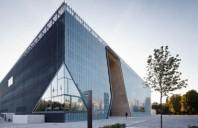 Slawomir Sawicki prezinta proiectul de instalatii al Muzeului Istoriei Evreilor din Polonia, in aprilie, la Bucuresti