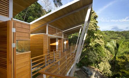 Casa Flotanta din Costa Rica pluteste deasupra coastei Pacificului