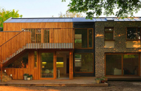 Casa Flint, eficienta din grija pentru familie si natura Amplasata la periferia Londrei, casa Flint este o combinatie de design eficient, lucrari executate cu maiestrie si materiale naturale.