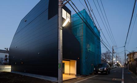 Casa neagra din Tokyo se ascunde de vecini