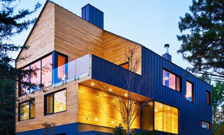 Anvelopanta de metal invaluie o casa din lemn de cedru