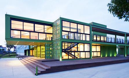 Centru pentru vizitatori realizat din containere de marfa la o ferma organica din Shanghai