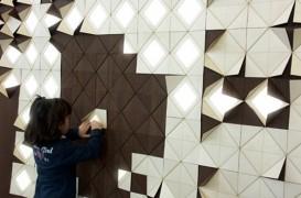 Un perete placat cu lemn se modeleaza pentru a face loc luminii