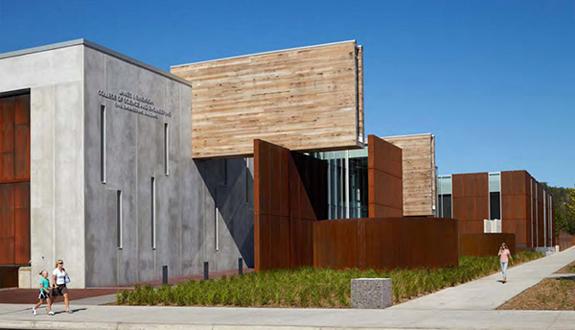 Extinderea Universitatii UMD finisata cu butoaie de muraturi demontate  si lemn refolosit