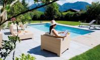Zile frumoase, alaturi de prieteni si familie, in jurul piscinei