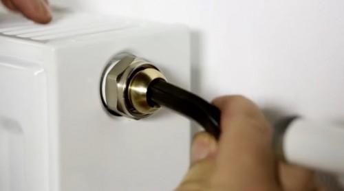 Instalarea robinetelor termostatice drepte cu presetare RA-N pe radiator DANFOSS